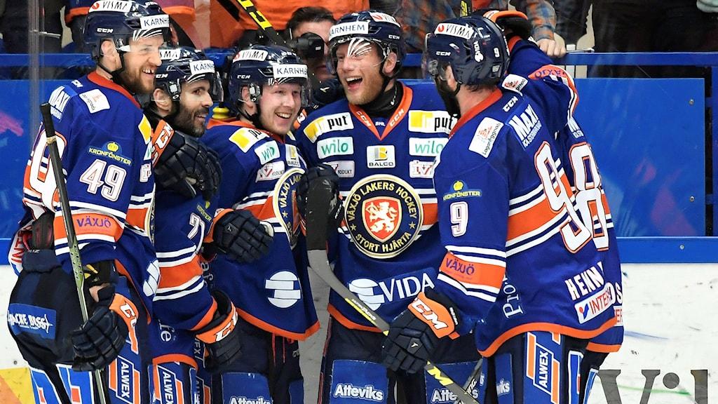 Tuomas Kiiskinen gratuleras efter 3-3-målet.