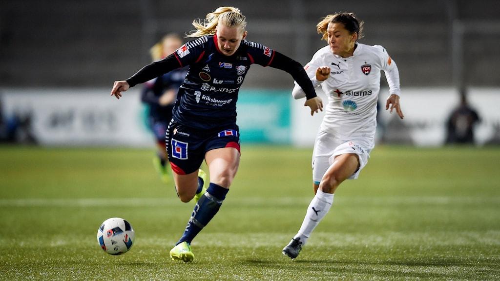 MALMÖ 2016-03-16 Linköpings Stina Blackstenius (tv) i kamp om bollen med Rosengårds Alexandra Lowe Riley under onsdagens final i Supercupen mellan FC Rosengård och Linköpings FC på Malmö IP.
