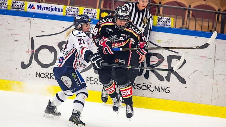 LULEÅ 2016-03-19 Linköpings Michelle Weis (21) och Luleås Emma Eliasson under lördagens final 2 i bäst av 3 i Riksserien mellan Luleå HF och Linköping HC i Coop Norrbotten Arena i Luleå.