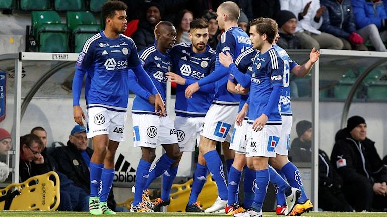 Lagkamraterna firar Pa Dibbas 1-0-mål mot Örebro.