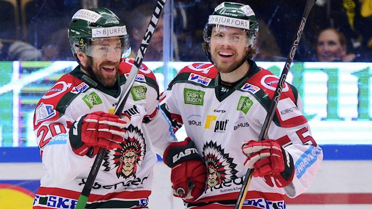Frölundas Joel Lundqvist jublar och uppvaktas av Mats Rosseli Olsen.