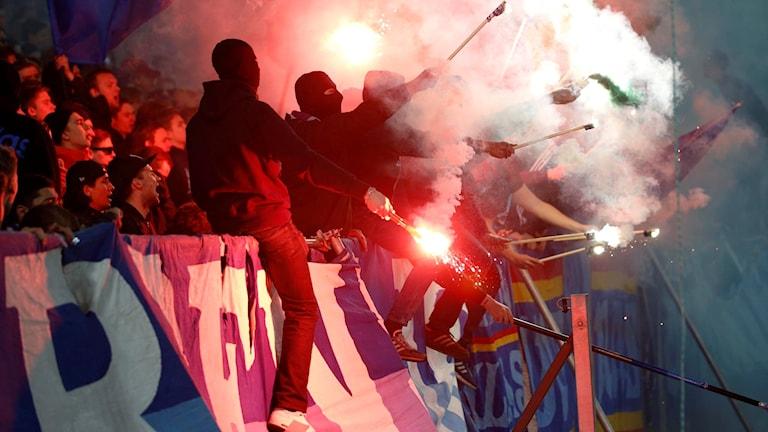 STOCKHOLM 20160419 Bengaler i Djurgårdsklacken under tisdagens allsvenska fotbollsmatch mellan Djurgårdens IF och Hammarby IF på Tele2 Arena. Foto: Fredrik Persson/TT