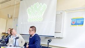 Stockholm 20160422 Leif R Carlsson tittar upp på lagets logga på skärmen. Det blir ett svenskt KHL-lag i ishockey. Vid en presskonferens presenterades projektet kring laget som ska heta Crowns och rekryteringen började 10 april.