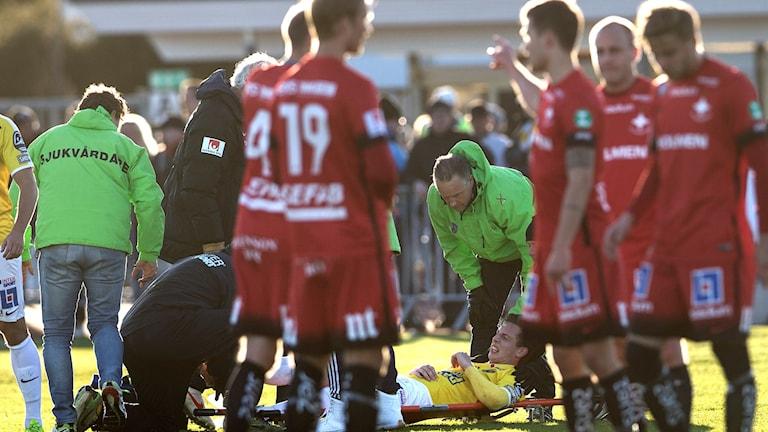 20160422 Gustaf Nilsson bärs ut på bår i matchen mellan Falkenberg-IFK Norrköping. Även Norrköpings David Mitov Nilsson skadade sig under matchen. Foto: Björn Larsson Rosvall/TT