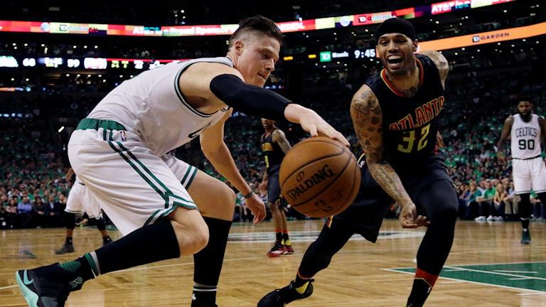 20160422 Jonas Jerebko i aktion för Boston Celtics. Foto: Elise Amendola/AP photo