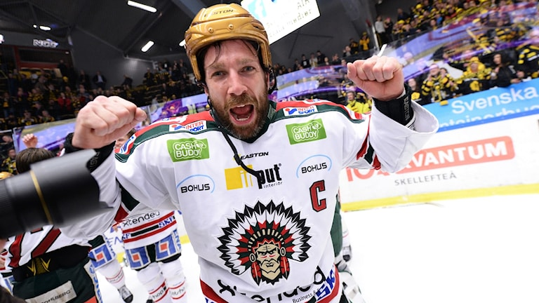 Frölundas Joel Lundqvist jublar efter SM-guldet.