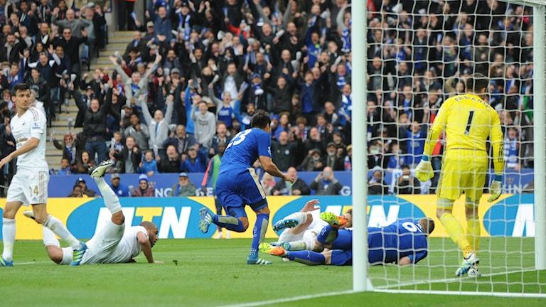 Leicesters Leonardo Ulloa gör mål mot Swansea.