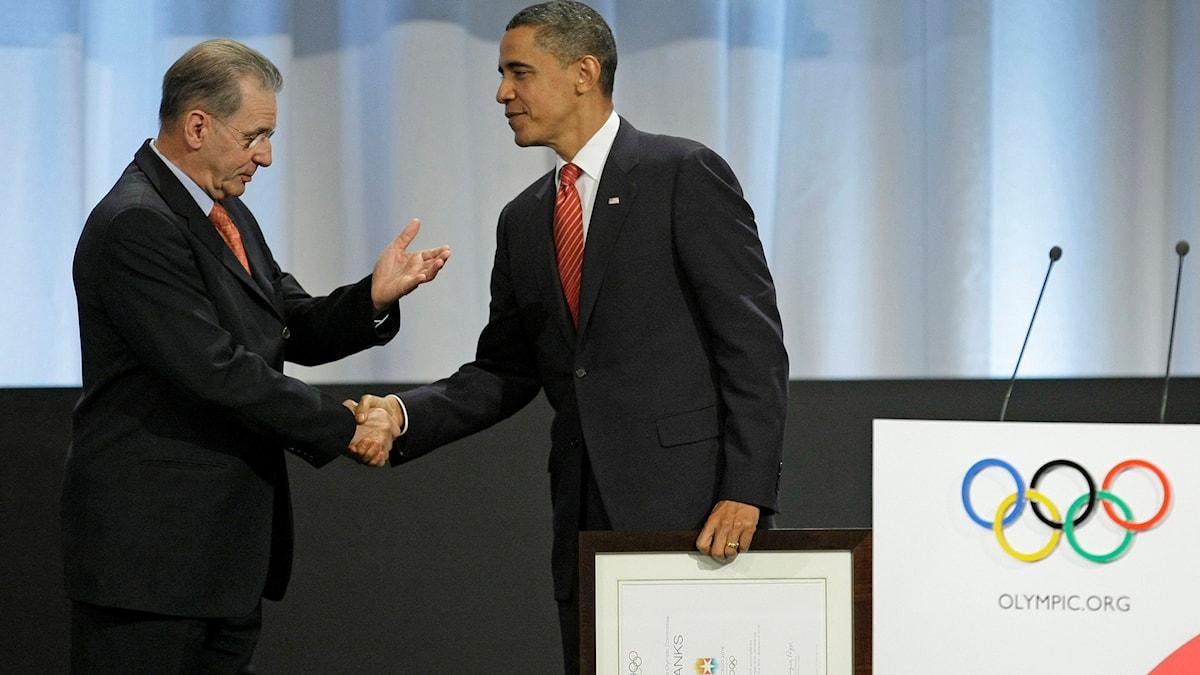 20091002 USA:s president Barack Obama skakar hand med OS-basen Jacques Rogge. Foto: Matt Dunham/TT