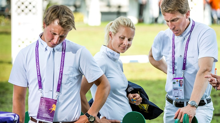 AACHEN 20150820 Sveriges Douglas Lindelöw, Malin Baryard Johnsson och Henrik von Eckermann väntar spänt på resultatet i lagtävlingen och om sverige gått vidare till finalen efter hoppningens del 2 i hopptävlingarna vid ryttar EM i Aachen, Tyskland.