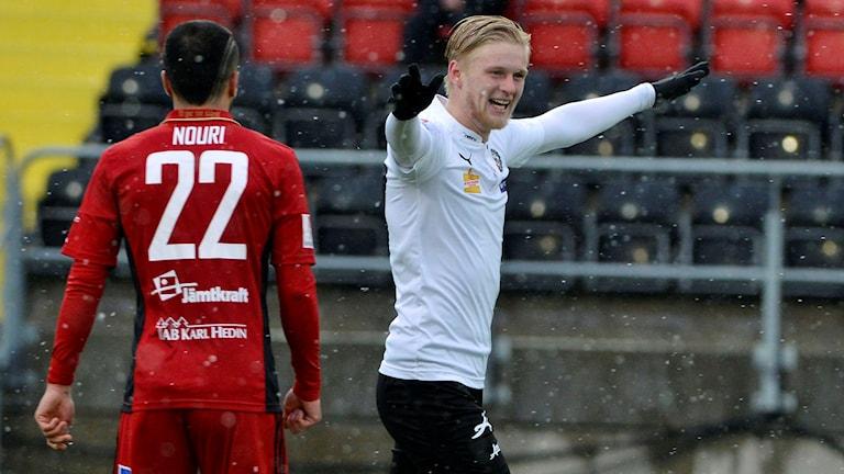 Örebros Daniel Gustavsson jublar efter 1-2 målet.