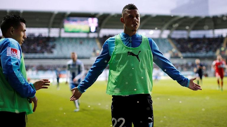 Malmö FF:s Tobias Sana reagerar mot IFK-klacken.