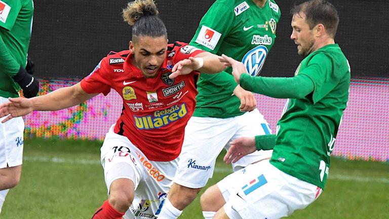 Falkenbergs Alexander Jakobsen försöker sno åt sig bollen framför Tom Siwe.