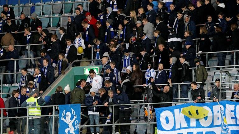 Publiken lämnar den avbrutna allsvenska fotbollsmatchen på Gamla Ullevi.
