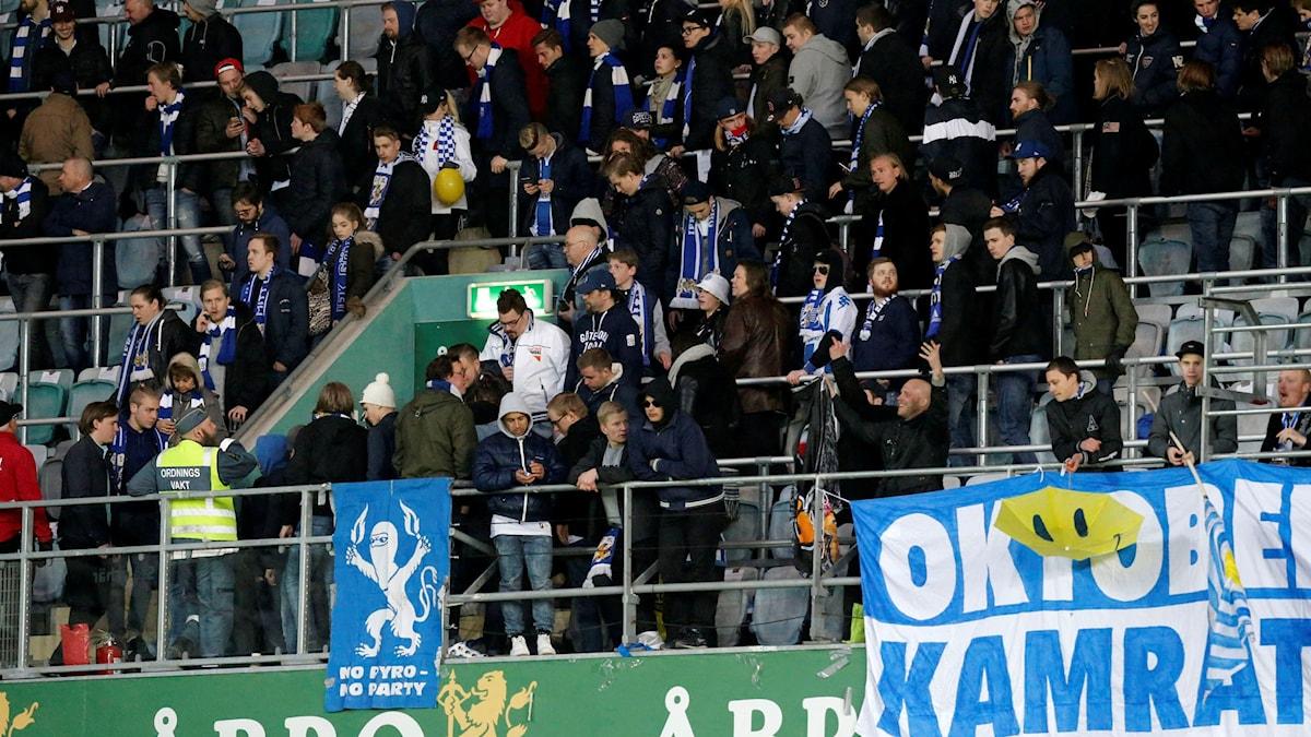 GÖTEBORG 2016-04-27 Publiken lämnar den avbrutna allsvenska fotbollsmatchen mellan IFK Göteborg och Malmö FF på Gamla Ullevi i Göteborg.