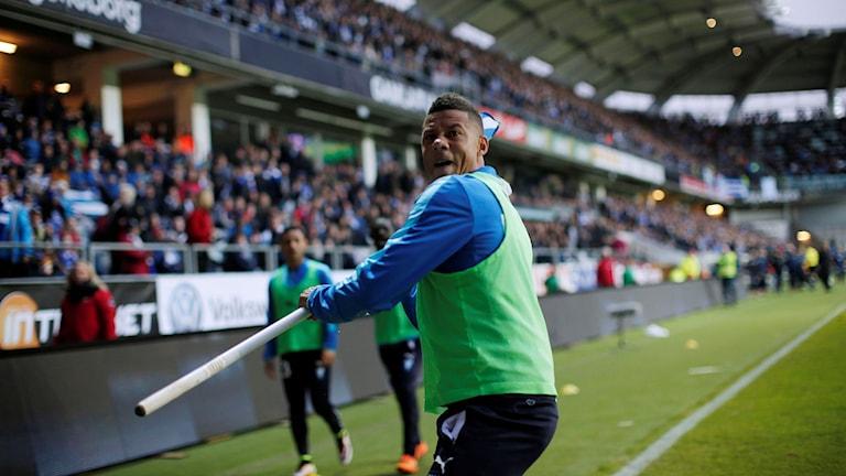 GÖTEBORG 2016-04-27 Malmö FF:s Tobias Sana kastar hörnflaggan mot IFK-klacken efter att han träffats av en smällare under onsdagens allsvenska fotbollsmatch mellan IFK Göteborg och Malmö FF på Gamla Ullevi i Göteborg.
