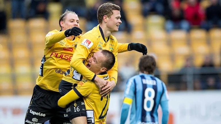 Viktor Claesson jublar med lagkamrater mot Djurgården.