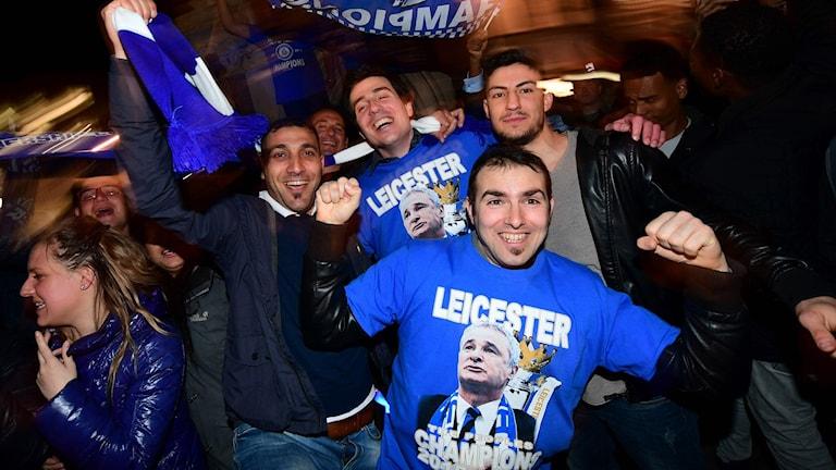 Jublande Leicesterfans på gatorna.