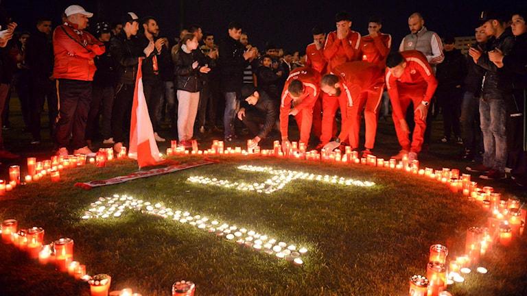 Spelare och fans i Dinamo Bukarest tänder ljus för att hedra Patrick Ekeng.