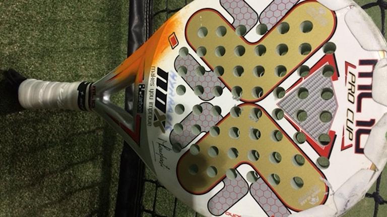 Så här ser ett padel-racket ut.