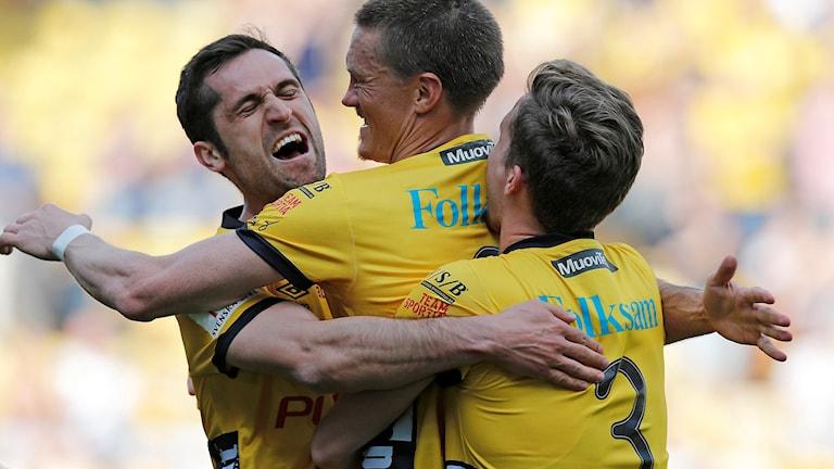 Elfsborgs Lasse Nilsson (mitten) klappas om efter 1-0-målet mot Gefle.