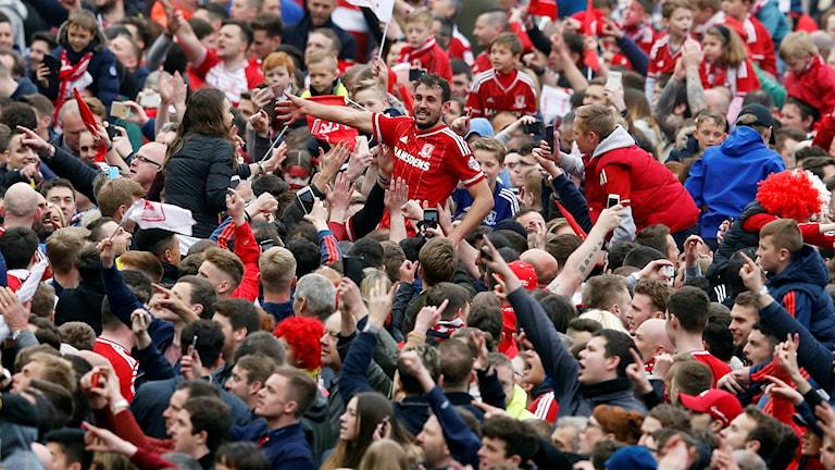 Middlesbroughs målskytt Christian Stuani firar med fansen efter avancemanget.