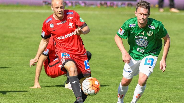 Jönköpings Daryl Smylie (t.h.) mot Norrköpings Daniel Sjölund