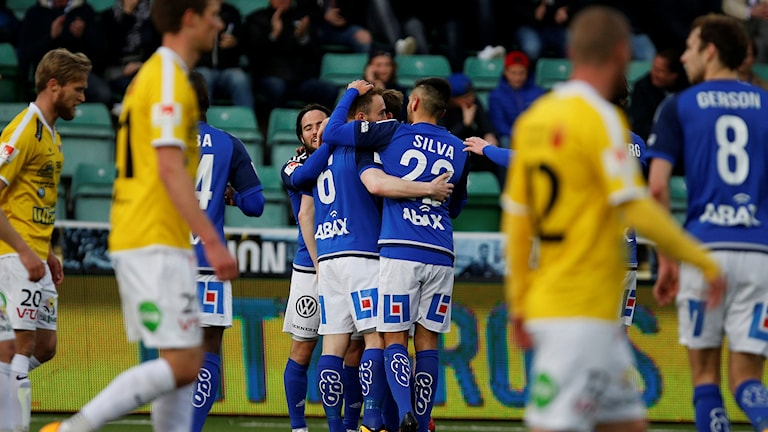 Sundsvalls Runar Mar Sigurjonsson klappas om efter 1-0-målet.