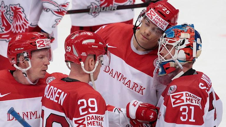 20160512 Danmarks spelare kramar om varandra efter storförlusten mot Ryssland. Foto: AP photo/Ivan Sekretarev