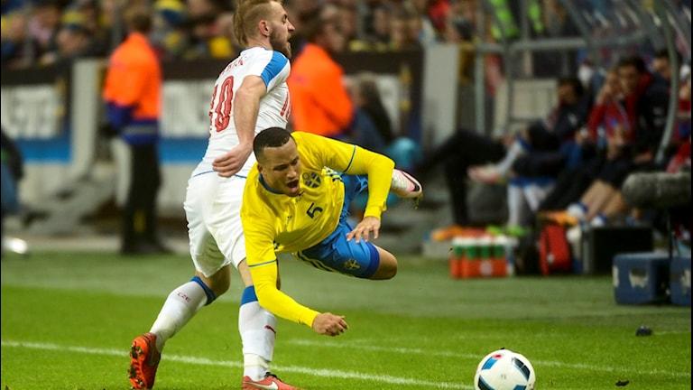 STOCKHOLM 2016-03-29 Sveriges Martin Olsson i en duell med Tjeckiens Jiri Skalak under tisdagens fotbollslandskamp mellan Sverige och Tjeckien på Friends Arena i Stockholm.