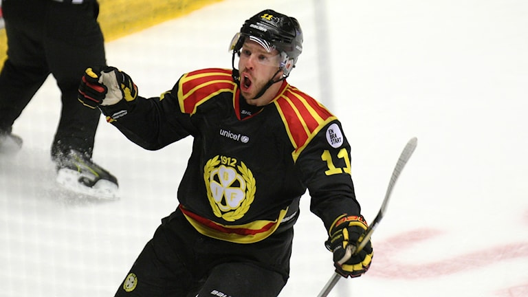 Ishockeyspelaren Kevin Clark i Brynäs jublar efter hattrick.