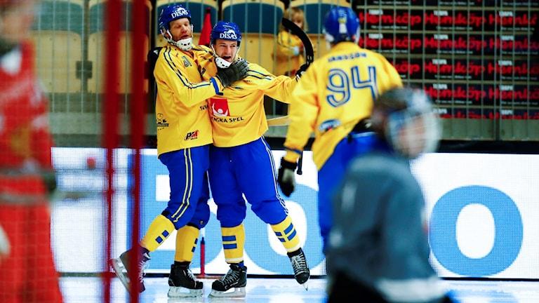 Sverige glädje när Johan Esplund gjort 4-2 till sitt lag under lördagens match i grupp A mellan Sverige och Ryssland i bandy-VM på Arena Vänersborg.