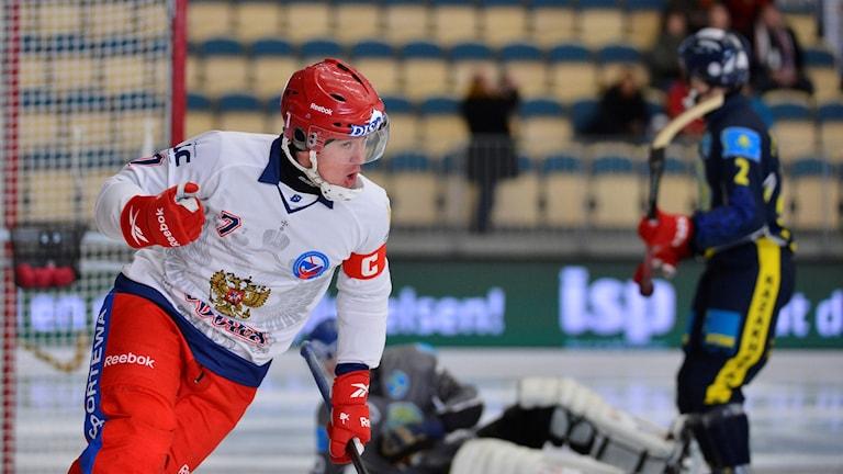 VÄNERSBORG 2013-02-02Rysslands Sergey Lomanov gör 1-0 under lördagens semifinal mellan Ryssland och Kazakstan i VM-turnering i Bandy.Foto: Anders Wiklund / TT