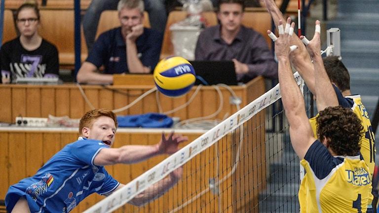 Jakob Wijk Tegenrot, i blått, och Linköping har 2-0 i matcher.