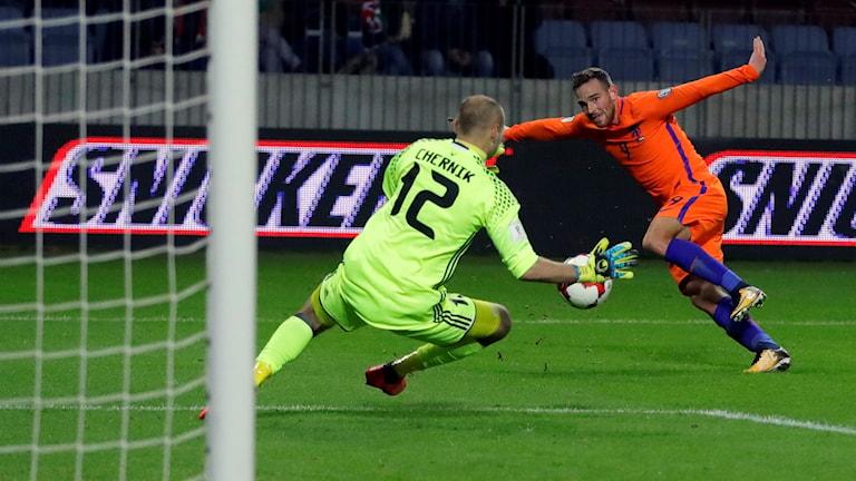 Nederländerna måste vinna med sju mål mot Sverige.