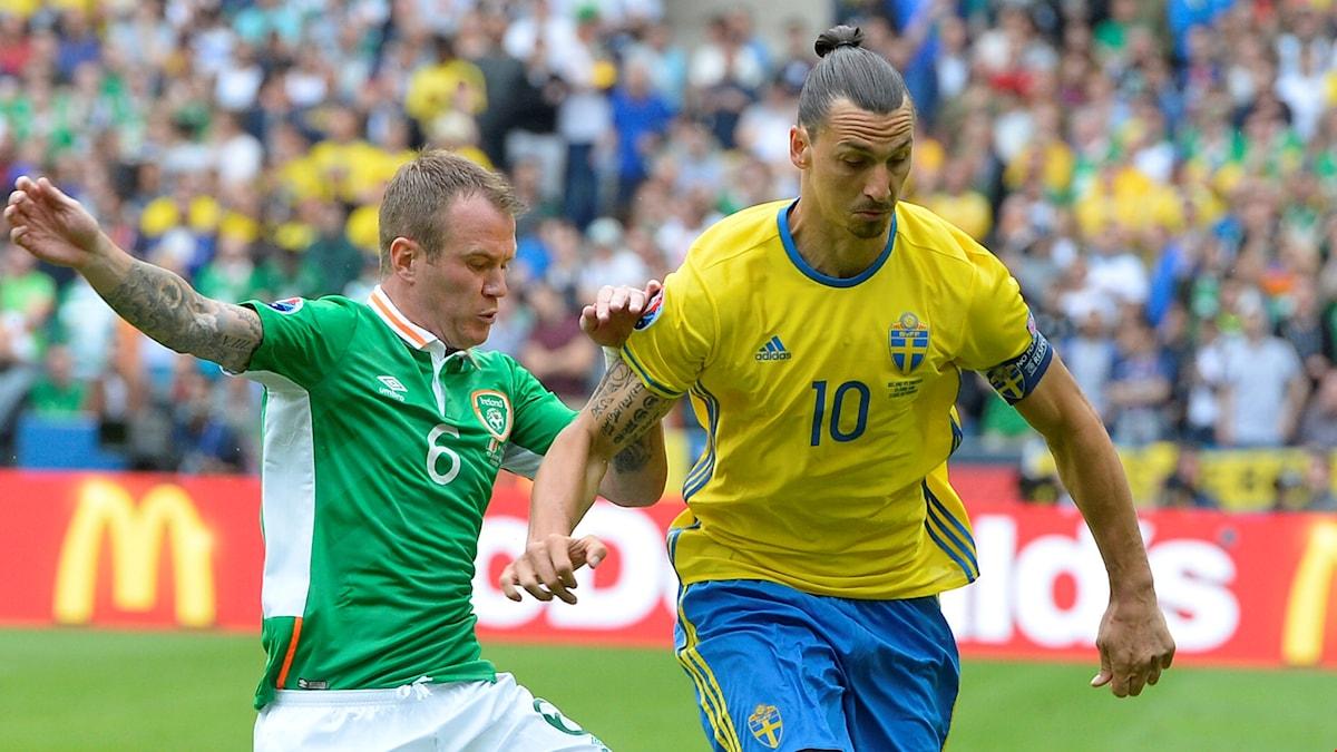 Zlatan Ibrahimovic jagas av Irlands Glenn Whelan.