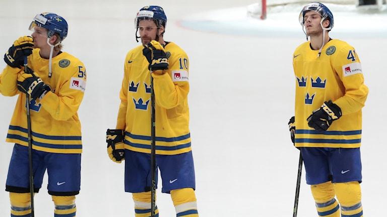 Tre Kronor-spelare deppar efter förlusten mot Ryssland.