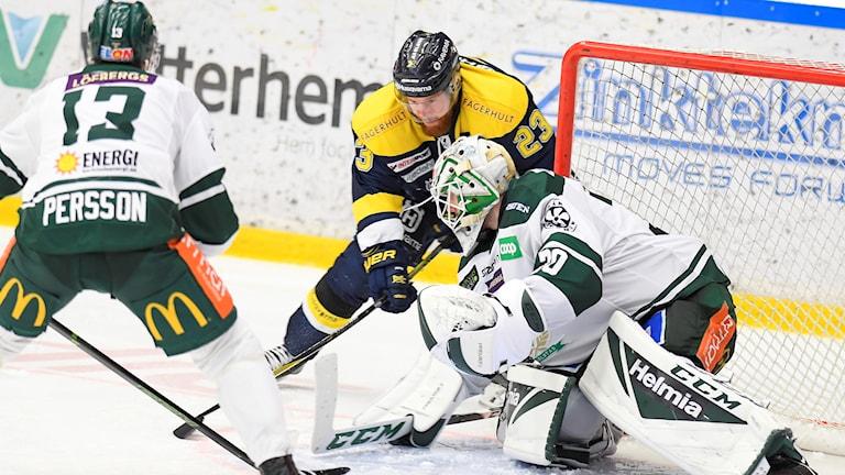JÖNKÖPING 20180107 Färjestads målvakt Lars Haugen och HV:s Robin Figren under söndagens ishockeymatch i SHL mellan HV71 och Färjestad BK i Kinnarps Arena. Foto: Mikael Fritzon / TT / kod 62360