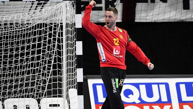 Sveriges målvakt Andreas Palicka jublar efter en räddning under söndagens VM-handbollsmatch mot Argentina i grupp D i Royal Arena i Köpenhamn.