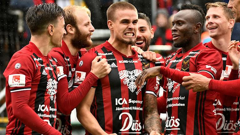 Östersunds Douglas Bergqvist gratuleras av sina medspelare efter 2-1