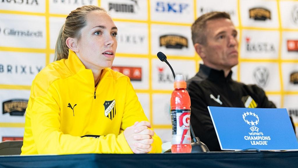 Elin Rubensson med förra Häckentränaren Mats Gren i bakgrunden.