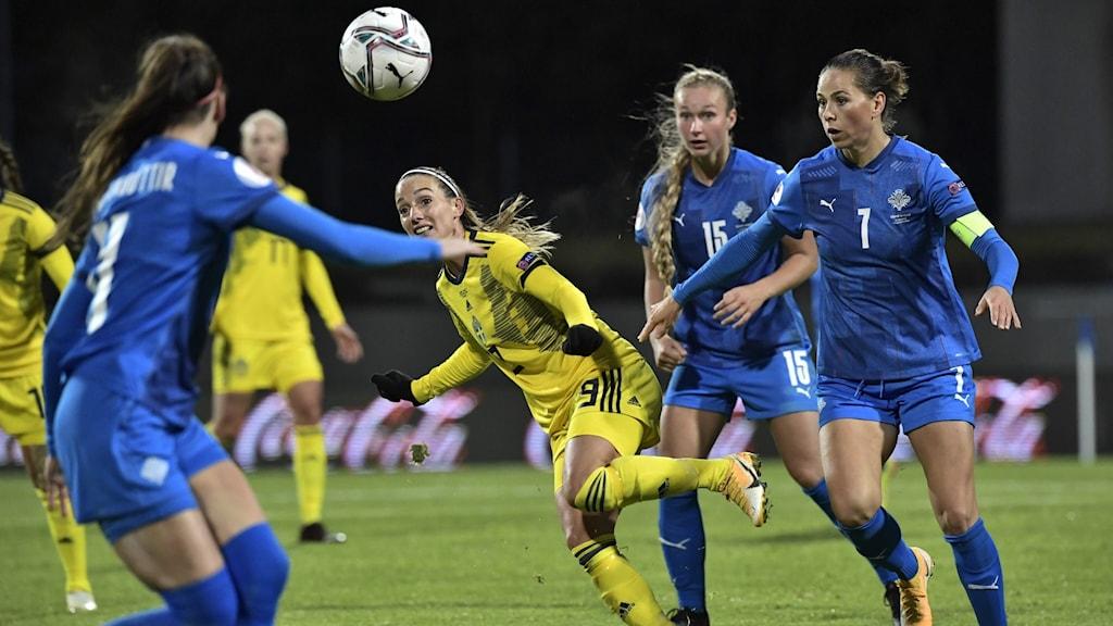Kosovare Asllani mot Island i EM-kvalet.