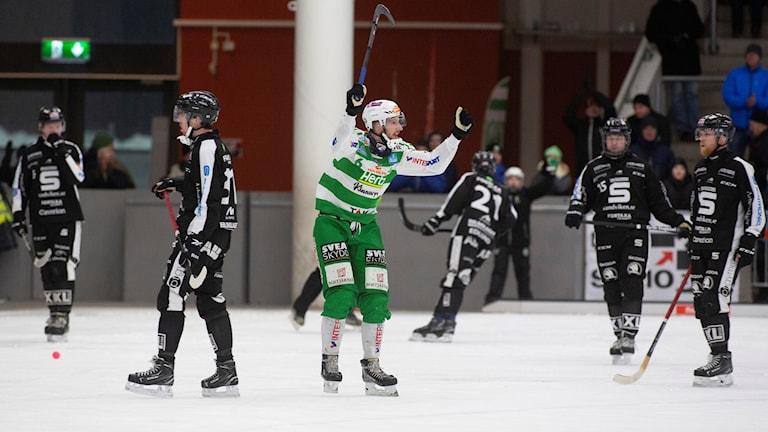 Västeråsspelaren Simon Jansson jublar vid slutsignal, VSK vinner med 5-3 i tisdagens match i bandyns elitserie mellan Västerås SK/BK och Sandvikens AIK/BK på ABB Arena Västerås.