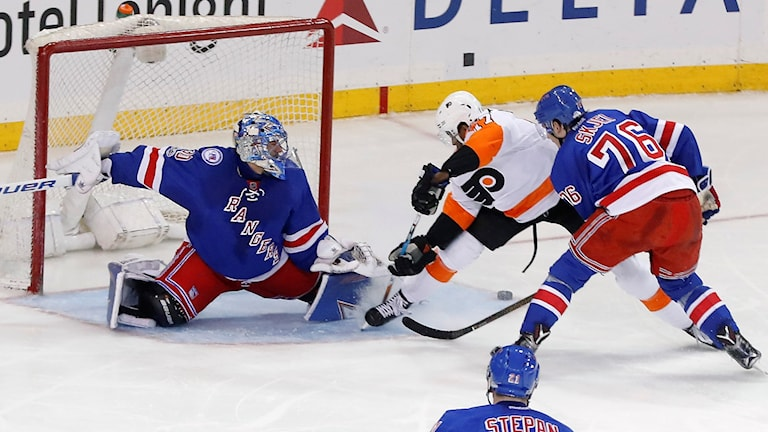 Henrik Lundqvist stoppar ett Philadelphia-anfall.