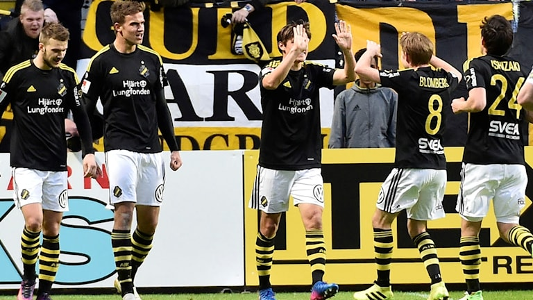 Eero Markkanen, andra till vänster, efter sitt mål.
