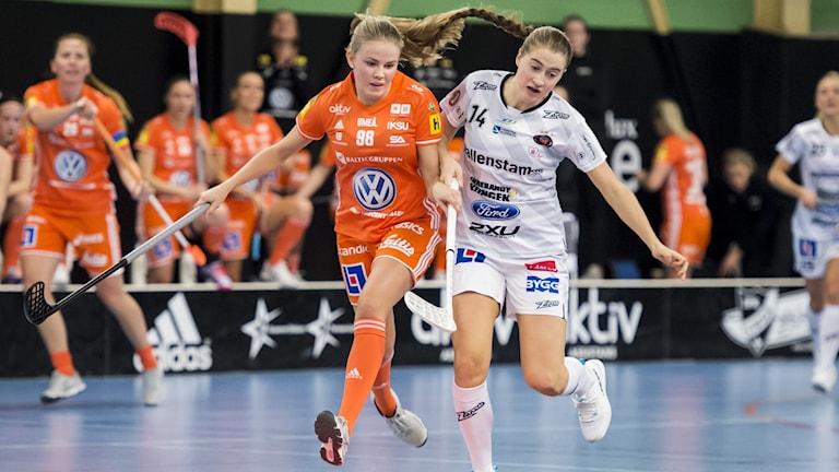 IKSUs Myra Aggestål och Pixbo Wallenstams Klara Loneberg.