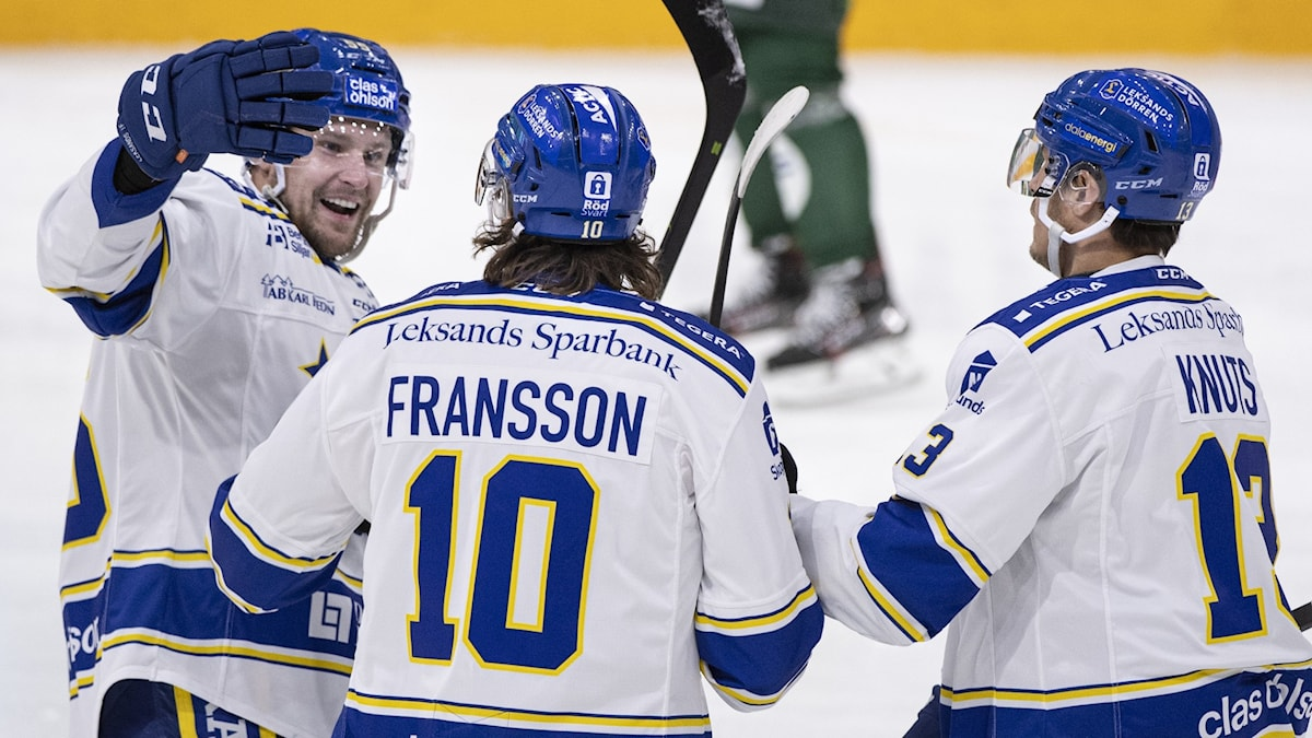 Arkivfoto: KARLSTAD 20201110 Leksands Johan Fransson (#10) klappas om efter sitt 0-1-mål under tisdagens ishockeymatch i SHL mellan Färjestad BK och Leksands IF i Löfbergs Arena. Foto Tommy Pedersen / TT