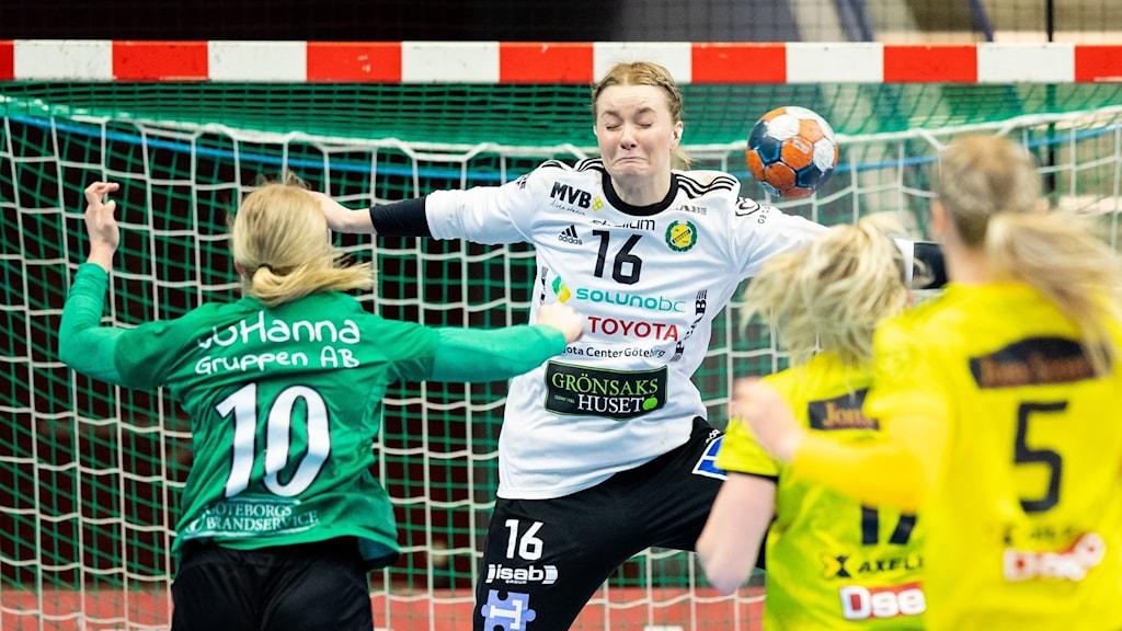 Sävehofs målvakt Wilma Kroon Andersson får ett skott nära huvudet