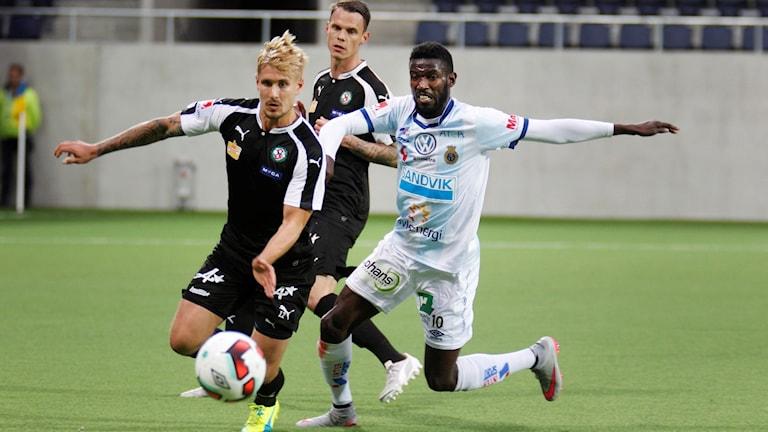 GÄVLE 20160519: Örebros Daniel Björnqvist mot Gefles Dioh Williams under torsdagens allsvenska fotbollsmatch mellan Gefle IF och Örebro SK på Gavlevallen i Gävle.