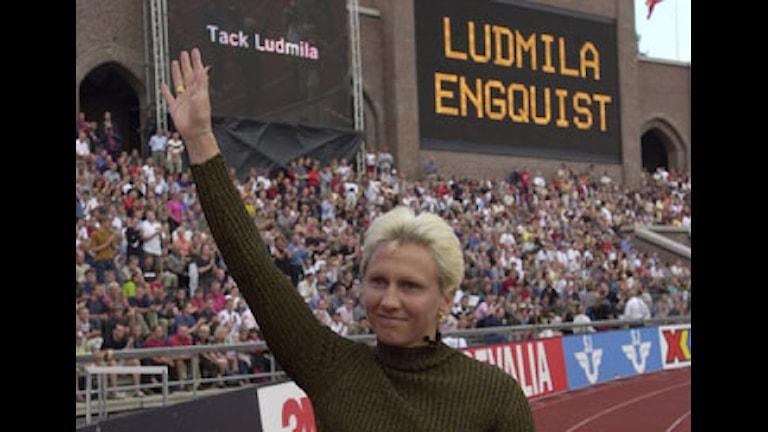 2000-08-01. Ludmila Enquist tar adjö av sin publik och en fantastisk idrottskarriär på DN-galan på Stockholms Stadion under en speciell avskedsceremoni. Bilden: Ludmila går och vinkar åt publiken med ett leende på läpparna. På storbildsskärmar i bakgrunden strå: Tack Ludmila samt LUDMILA ENGQUIST. Foto: Gunnar Lundmark/SCANPIX