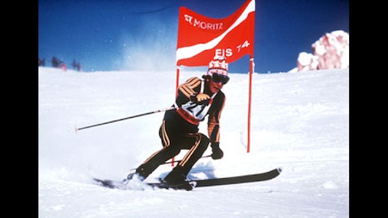 ©SCANPIX SWEDEN, 1974. Den 18 mars fyller Ingemar Stenmark 50 år. Ingemar Stenmark, slalom St.Moritz, Schweiz. Svänger vid pist-port så snön ryker. Foto: ASL/SCANPIX